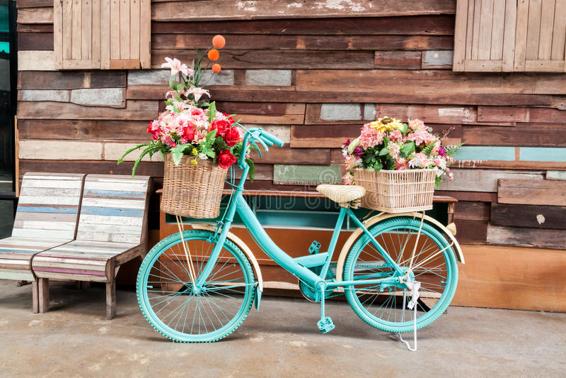 Uitstekende fiets en bloem stock foto's
