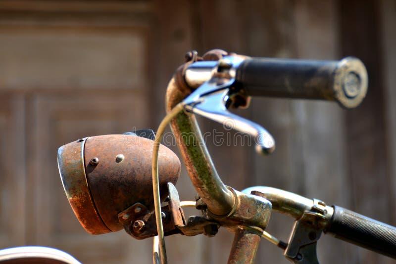 Uitstekende fiets en houten achtergrond stock fotografie