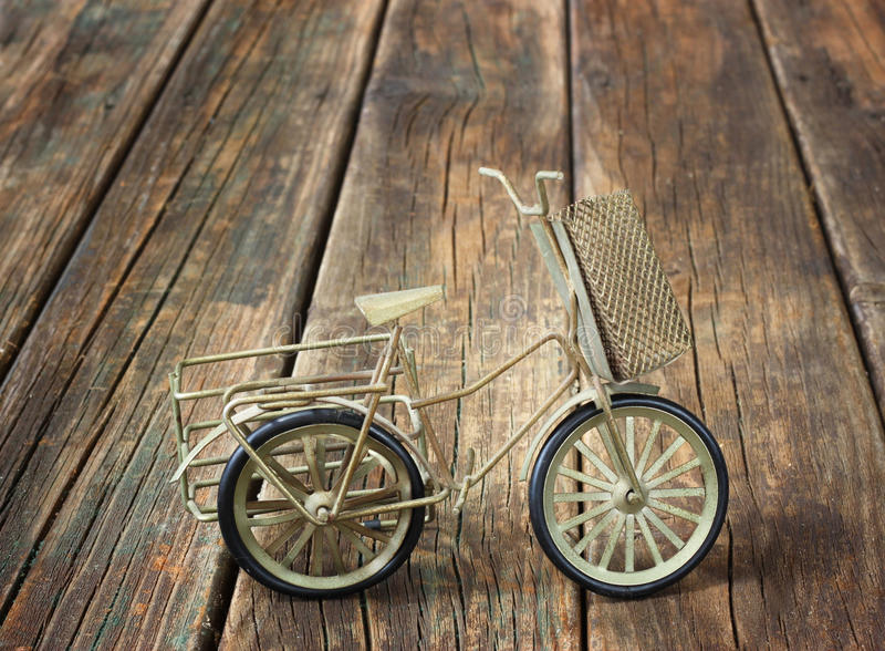 Uitstekende fiets op houten geweven achtergrond. nostalgisch concept. royalty-vrije stock foto's