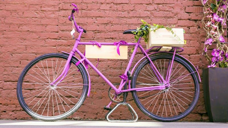 Uitstekende fiets tegen oude bakstenen muur stock afbeelding