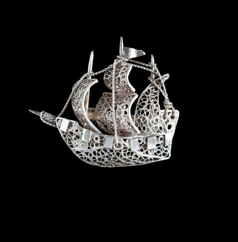 Uitstekende filigraan zilveren brochezeilboot royalty-vrije stock foto