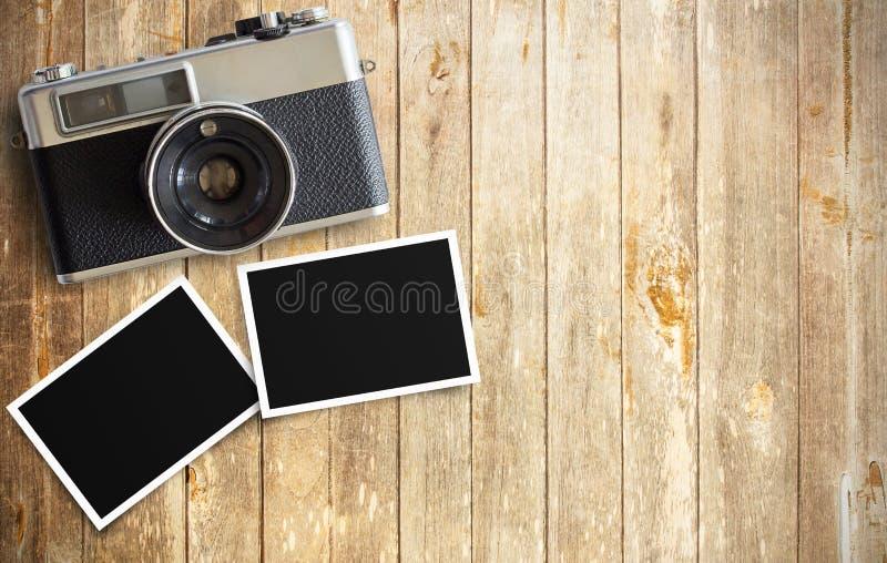 Uitstekende filmcamera en twee lege fotokaders op houten lijst royalty-vrije stock afbeeldingen