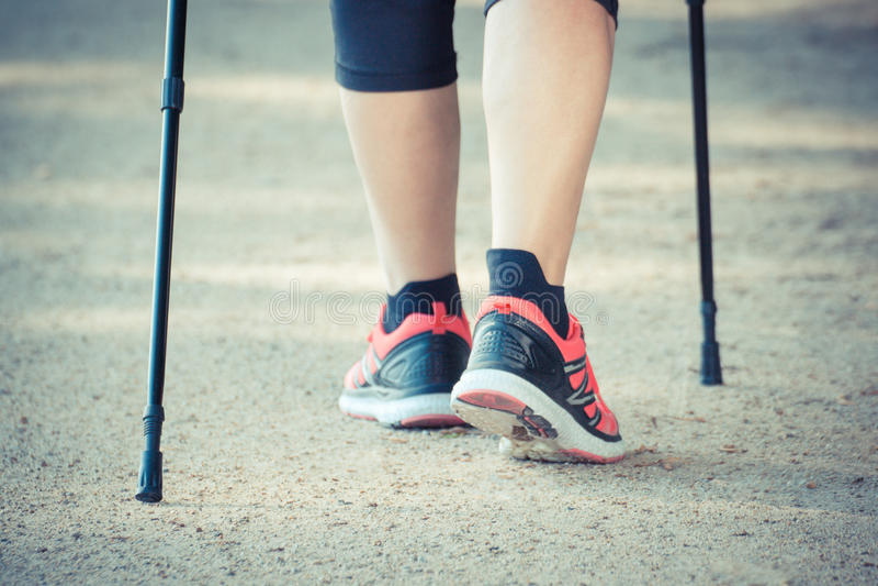 Uitstekende foto, Benen van bejaarde hogere vrouw die het noordse lopen, sportieve levensstijlen in oude dag uitoefenen stock afbeelding