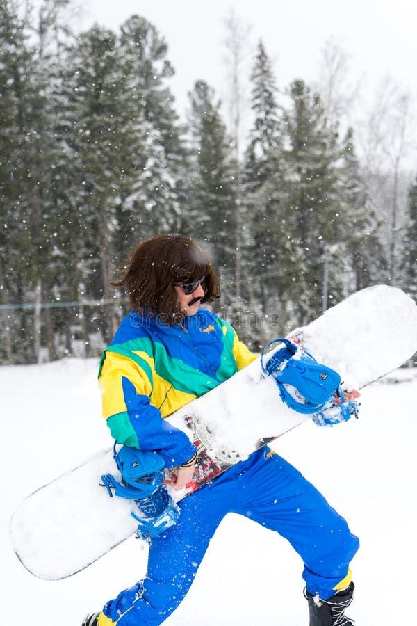 Uitstekende foto van de jonge mens snowboarder stock foto