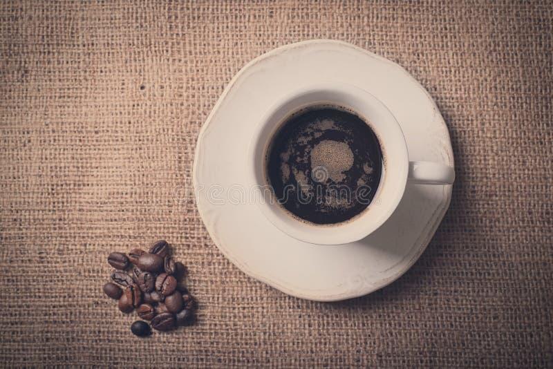 Uitstekende foto van verse koffie en koffiebonen stock afbeelding