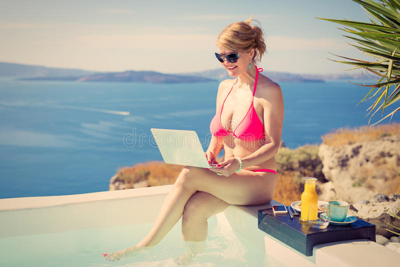 Uitstekende foto van vrouw in bikini en laptop in handen royalty-vrije stock foto's