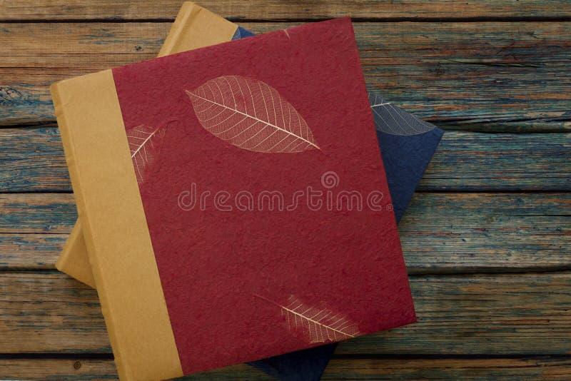 Uitstekende fotoalbums of boeken op een rustieke houten achtergrond stock afbeelding