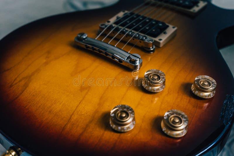Uitstekende gele elektrische gitaar stock afbeeldingen