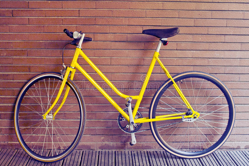 Uitstekende gele fiets stock foto