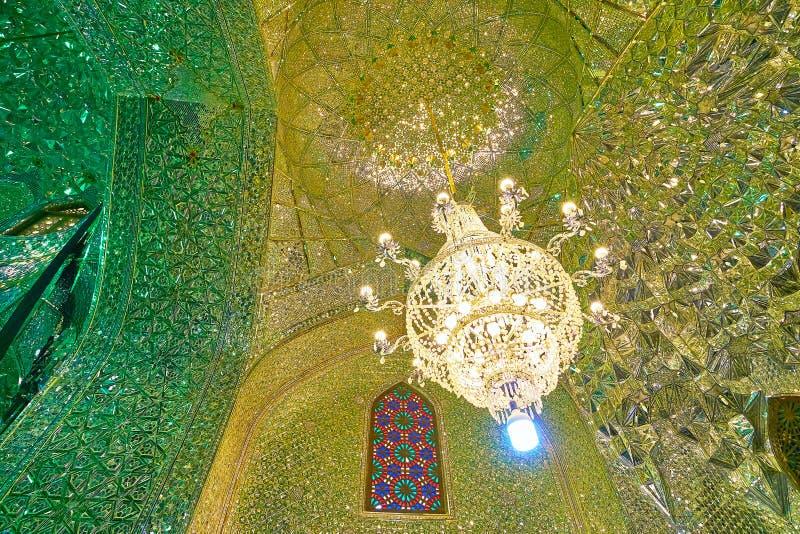 Uitstekende glaskroonluchter in Spiegelzaal van Imamzadeh Ali Ibn Ham stock foto's