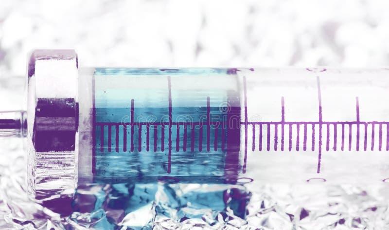 Uitstekende glasspuit met blauwe oplossing stock foto