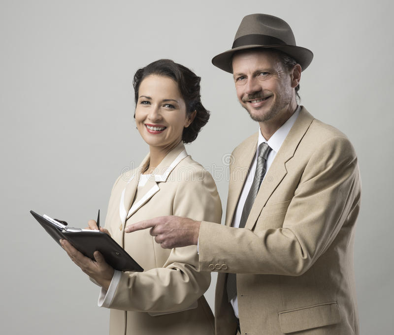 Uitstekende glimlachende bedrijfsmensen stock afbeeldingen