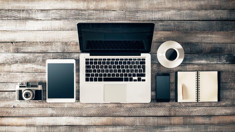 Uitstekende grungedesktop met laptop stock afbeelding