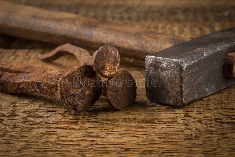 Uitstekende hamer met spijkers op houten achtergrond royalty-vrije stock afbeeldingen