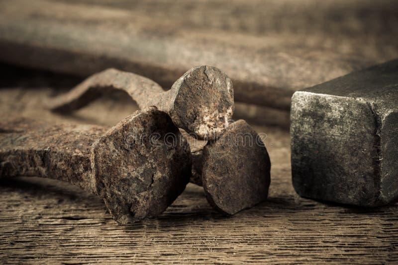 Uitstekende hamer met spijkers op houten achtergrond royalty-vrije stock fotografie
