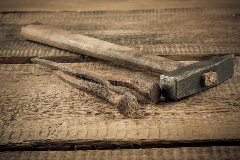 Uitstekende hamer met spijkers op houten achtergrond royalty-vrije stock afbeelding