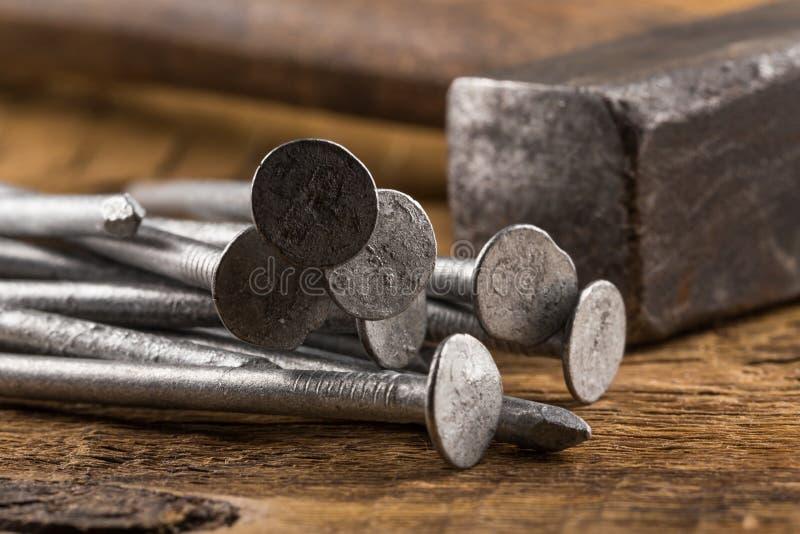 Uitstekende hamer met spijkers op houten achtergrond royalty-vrije stock foto's