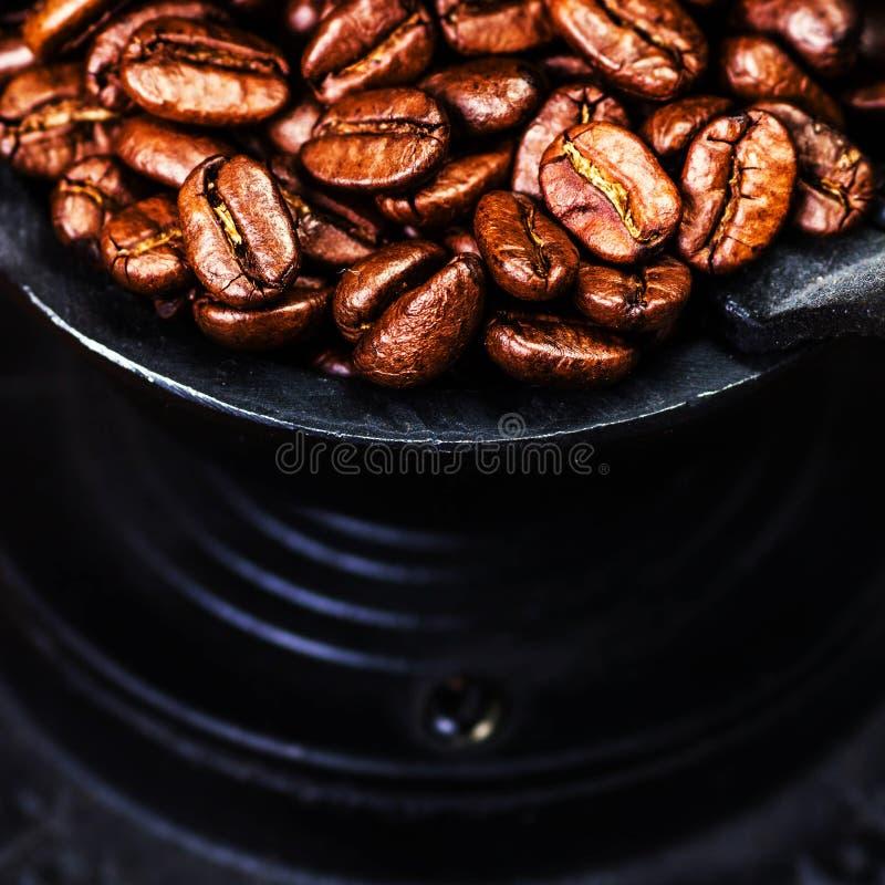 Uitstekende handkoffiemolen met koffiebonen op houten bruin stock foto's
