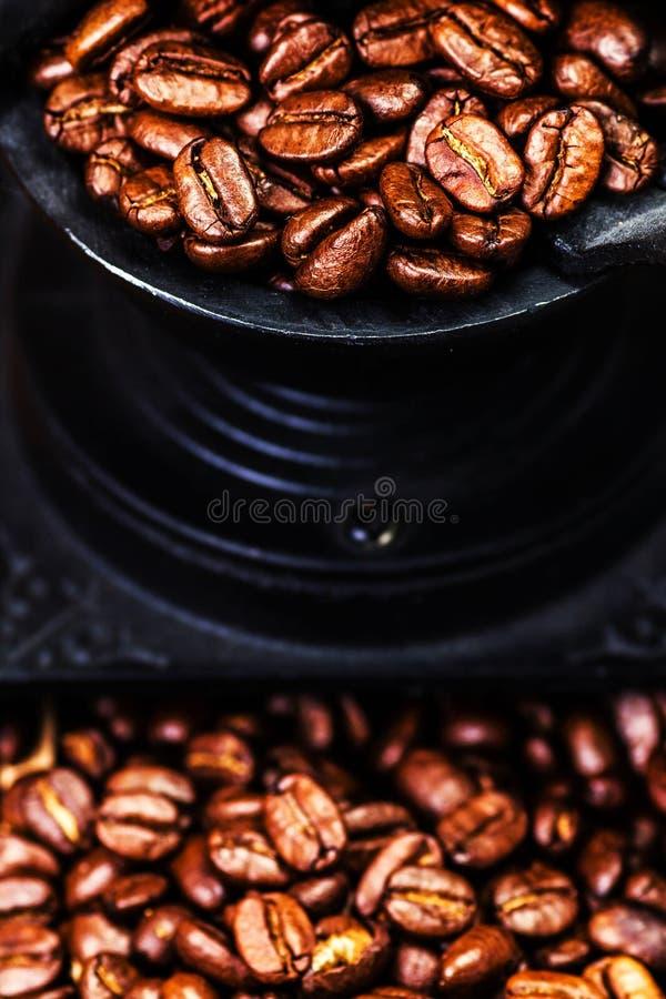 Uitstekende handkoffiemolen met koffiebonen op houten bruin royalty-vrije stock foto