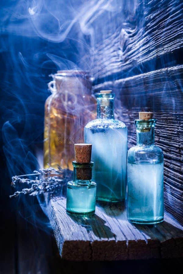 Uitstekende heksenhut met magisch drankje voor Halloween stock afbeeldingen