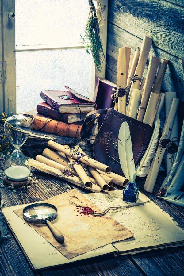 Uitstekende heksenworkshop met rollen en ingrediënten royalty-vrije stock afbeelding