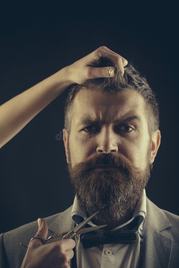Uitstekende herenkapper, het scheren Het kapsel van mensen Gebaarde mens, lange baard, brutale, Kaukasische hipster met snor, kap stock foto's