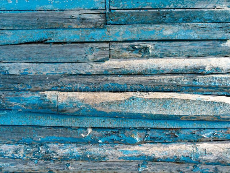 Uitstekende houten achtergrond met het pellen van blauwe verf stock fotografie