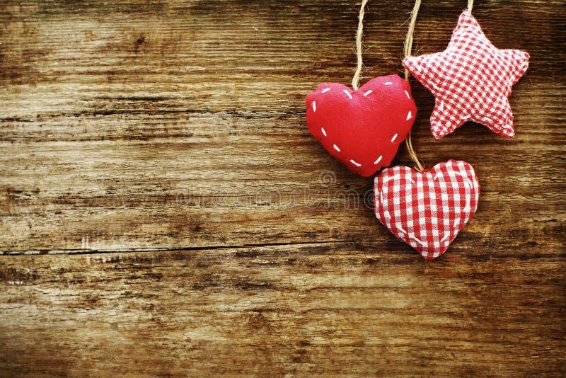 Uitstekende houten achtergrond met rode harten royalty-vrije stock afbeelding