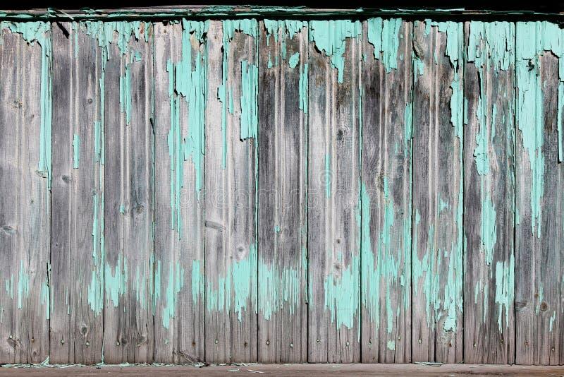Uitstekende houten achtergrond met schil turkooise oude vlokkige verf stock foto