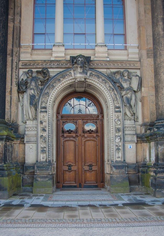 Uitstekende houten deur, Dresden, Saksen Duitsland royalty-vrije stock afbeeldingen