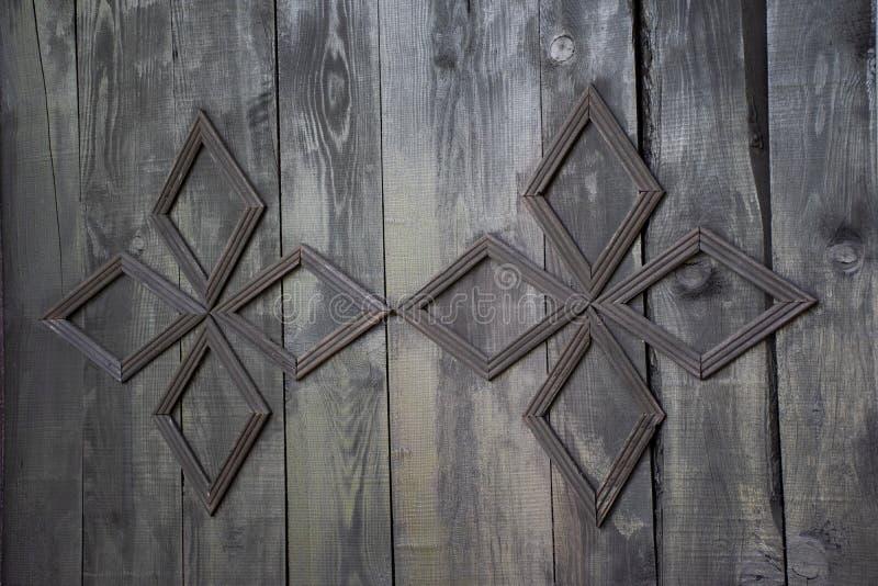Uitstekende houten deur met metaalchristian cross in Christian Church stock fotografie