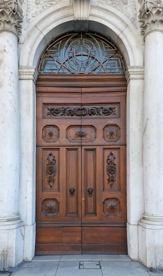 Uitstekende houten deurpijlers stock foto