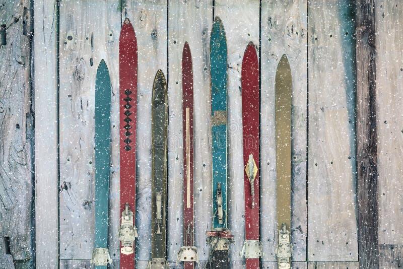 Uitstekende houten doorstane ski in de winter tijdens sneeuw stock foto's