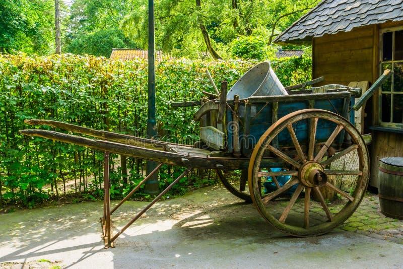 Uitstekende houten kar, nostalgisch landbouwmateriaal, oud historisch vervoer stock fotografie