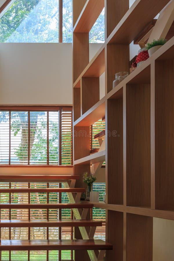 Uitstekende houten ladder binnenlandse achtergrond stock foto's