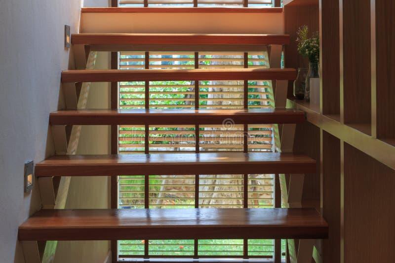 Uitstekende houten ladder binnenlandse achtergrond royalty-vrije stock foto's