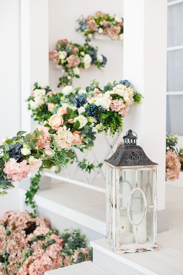 Uitstekende houten lantaarn op klassiek wit terras stock foto's