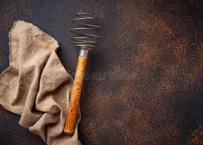 Uitstekende houten zwaait op oude roestige achtergrond stock afbeeldingen