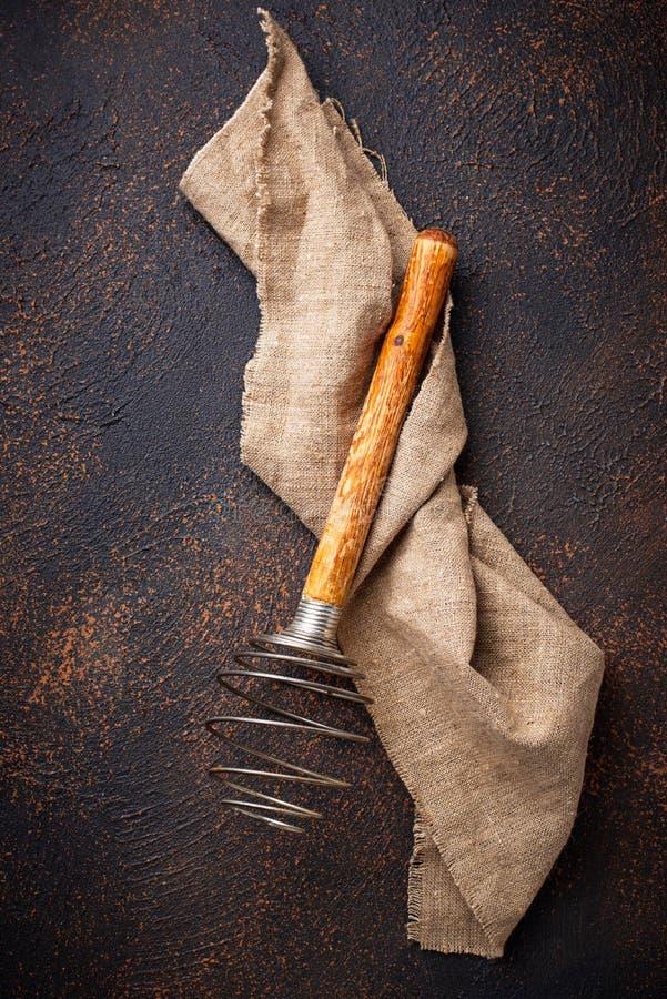 Uitstekende houten zwaait op oude roestige achtergrond royalty-vrije stock afbeeldingen