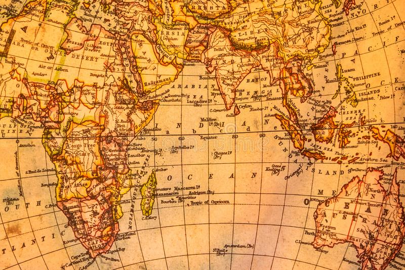 Uitstekende illustratie van oude atlaskaart van wereld op oud document stock fotografie