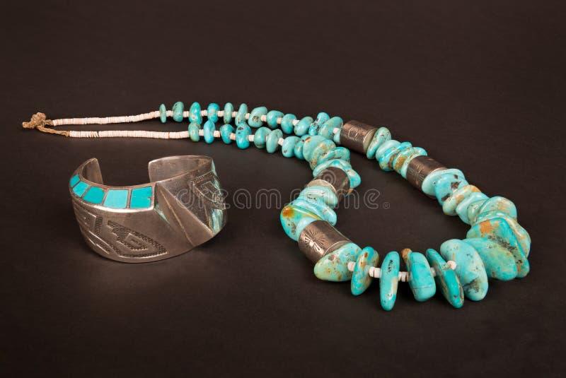 Uitstekende Inheemse Amerikaanse Zilveren Manchetarmband en Groot Turkoois Goudklompje stock afbeeldingen