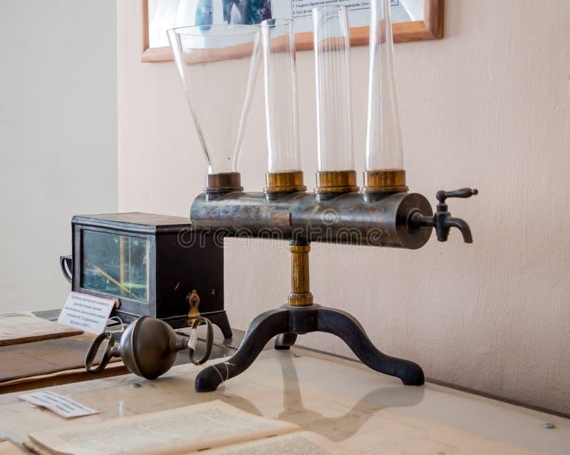 Uitstekende instrumenten voor het leiden van experimenten voor een schoolstudie van fysica royalty-vrije stock foto's