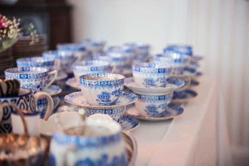 Uitstekende inzameling van blauw porseleintheestel met theepot en theekopjes stock afbeelding