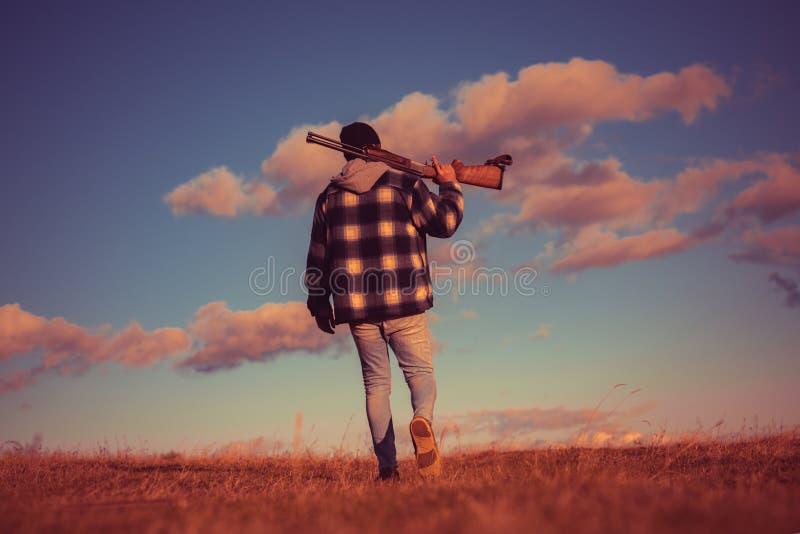 Uitstekende jager De jacht in Amerika Jager met jachtgeweerkanon op jacht Jager die geweer bij de bosjagersmens streven poacher royalty-vrije stock afbeelding