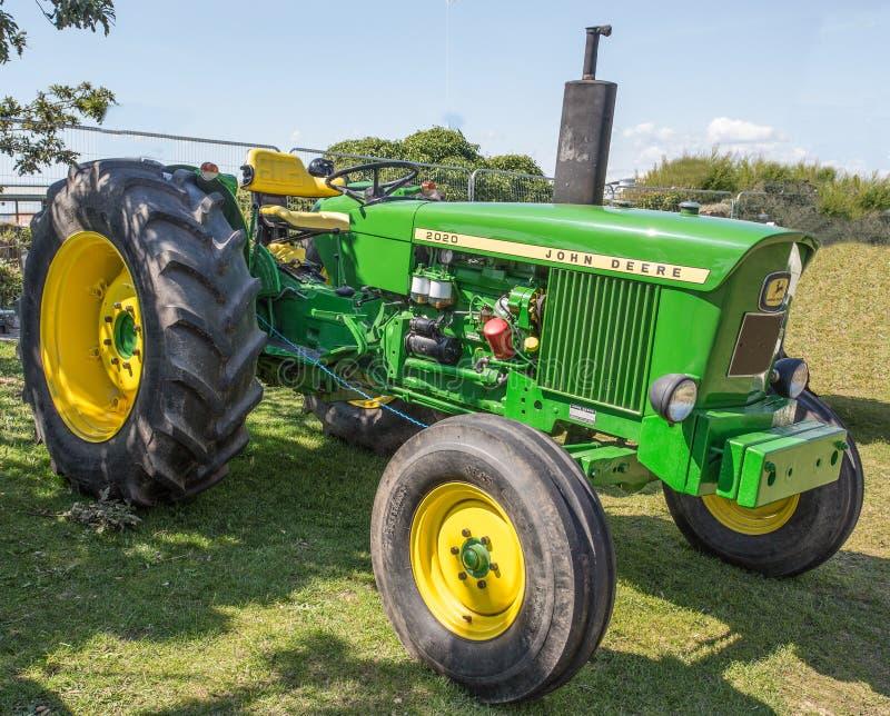 Uitstekende John deere 20/20 die tractor aan zijn vroegere glorie wordt hersteld stock fotografie