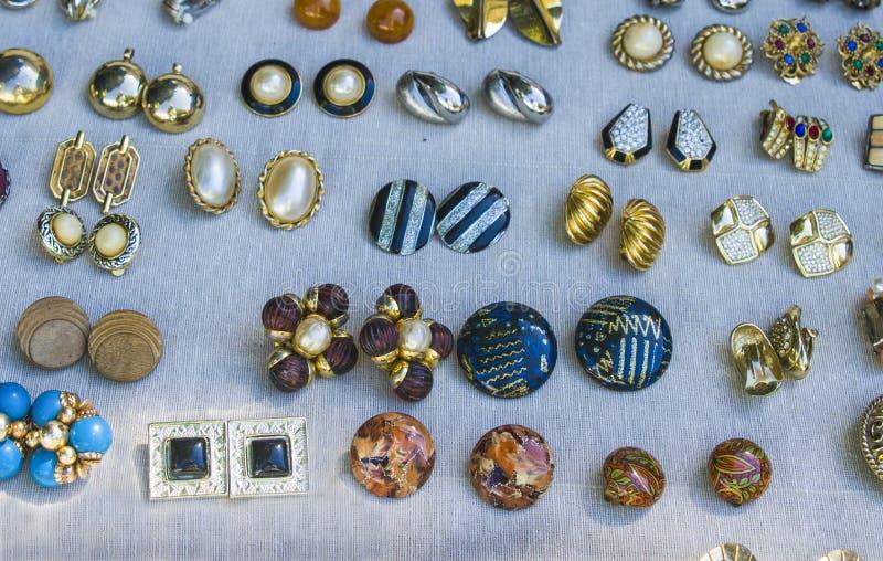 Uitstekende juwelen bij de vlooienmarkt royalty-vrije stock afbeelding