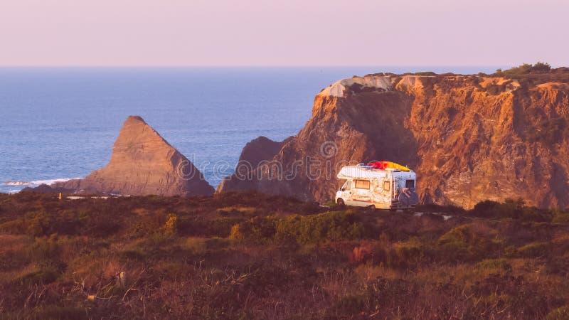 Uitstekende Kampeerauto Motorhome royalty-vrije stock afbeelding