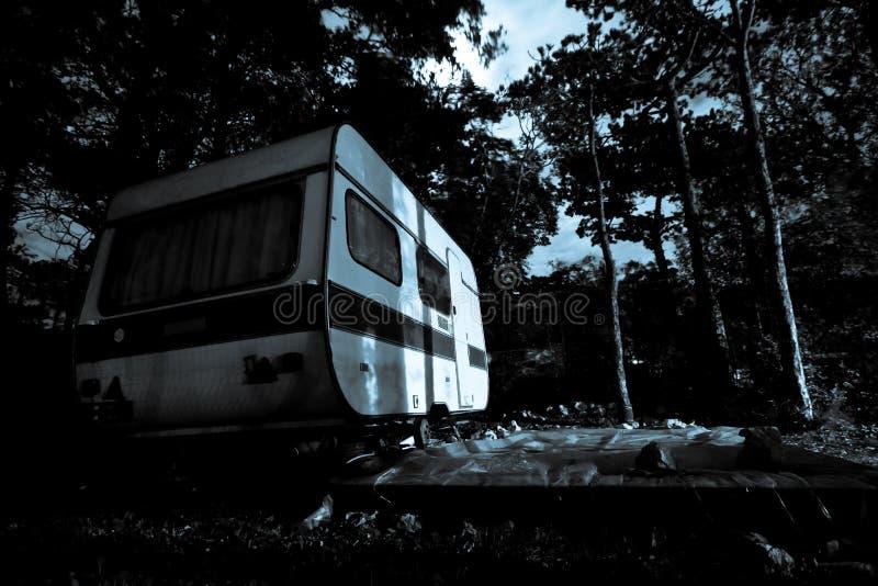 Uitstekende kampeerautobestelwagen - achtergrond voor een verschrikkingsscène stock foto's