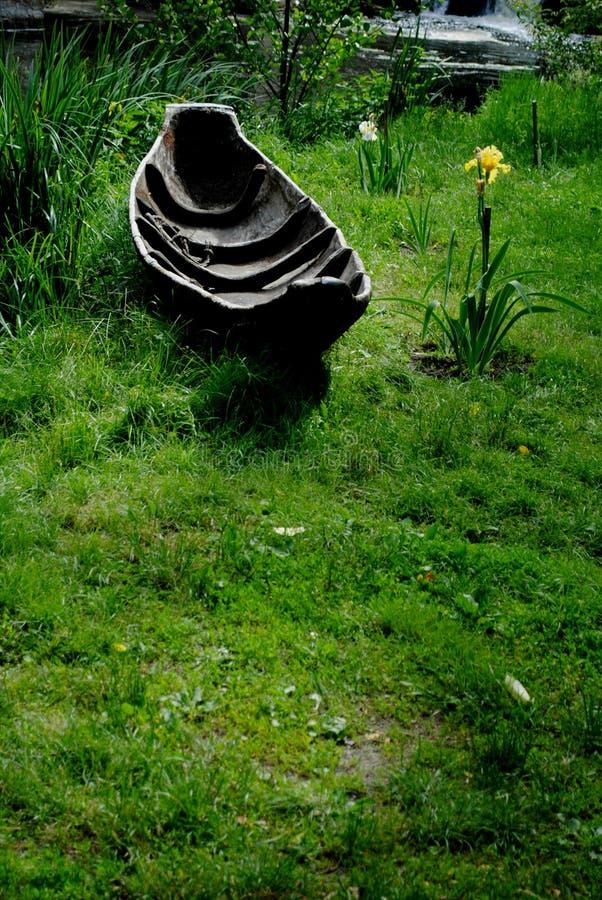 Uitstekende kanoboot op groen gras in het park royalty-vrije stock afbeeldingen