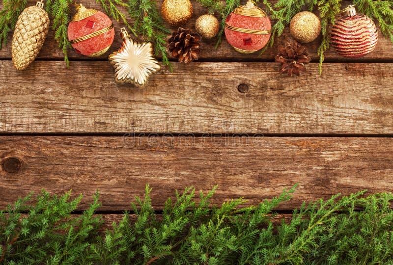 Uitstekende Kerstmisachtergrond - oude hout en pijnboomtak stock foto